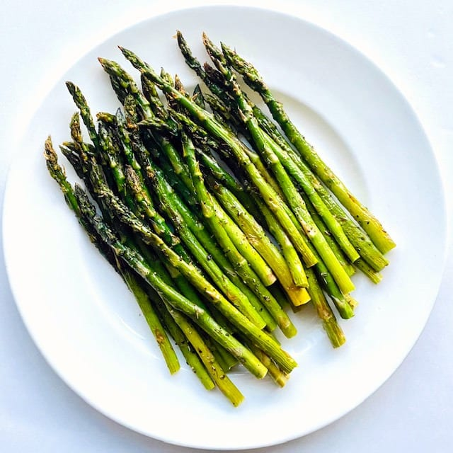 Best-Roasted-Asparagus-on-plate